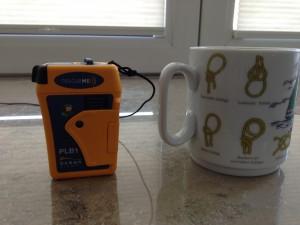 rescueme PLB1 mit Kaffeetasse zum Größenvergleich
