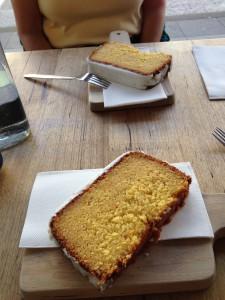 Cafè Berlin: Orangenkuchen auf Holzplatte serviert