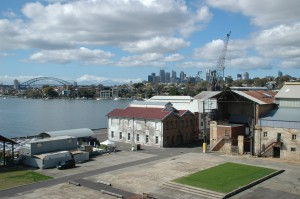 Werftgebäude mit City und Hafenbrücke im Hintergrund