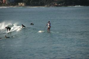 Unzählige Surfer und ein einzelner SUP'ler