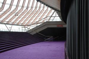 Im Foyer zur Konzerthalle  treffen lila Teppich auf nackten Beton