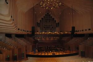 Konzerthalle mit Orgel