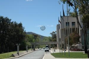 Ufo über Canberra: Kunst  vor der Nationalgalerie