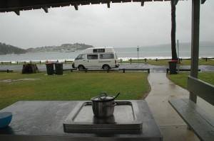 Regen im Paradies: Essen aufwärmen auf dem BBQ am Strand