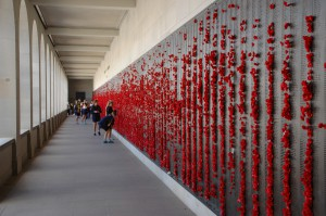 In dieser Wand sind alle Namen der im ersten Weltkrieg gefallen Australier eingraviert.