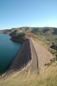 Hier wird der Ord River gestaut und bildet den See