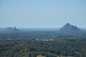 Glass House Mountains aus der Ferne gesehen