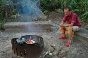 Kochen am Lagerfeuer im Byfield State Forrest
