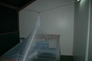 Doppelbett im Zelt mit Insektennetz